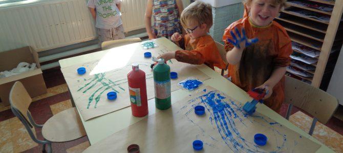 """Belevenissen bij het thema boerderij en het bezoek van zorgboerderij: """"De tinteltuin"""" in onze school."""